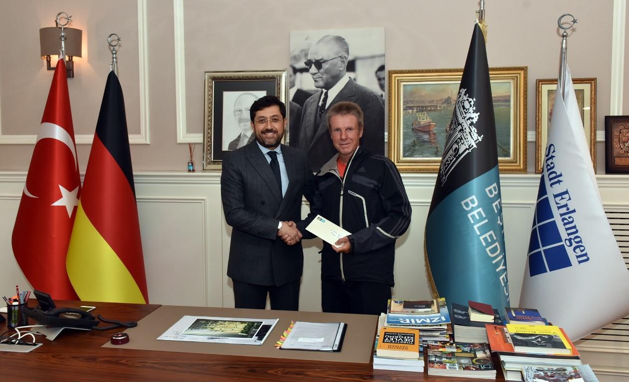 Başkan Hazinedar'a Bisikletle Almanya Erlangen Belediye Başkanından Mektup Geldi