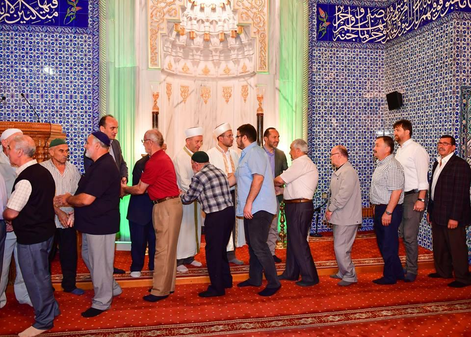 Bayram namazı için vatandaşlar camileri doldurdu