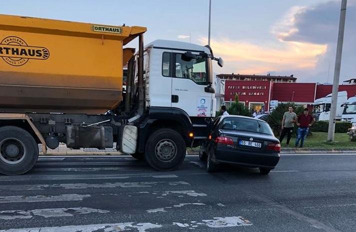 Belediye Kamyonu Otomobili Metrelerce Sürükledi