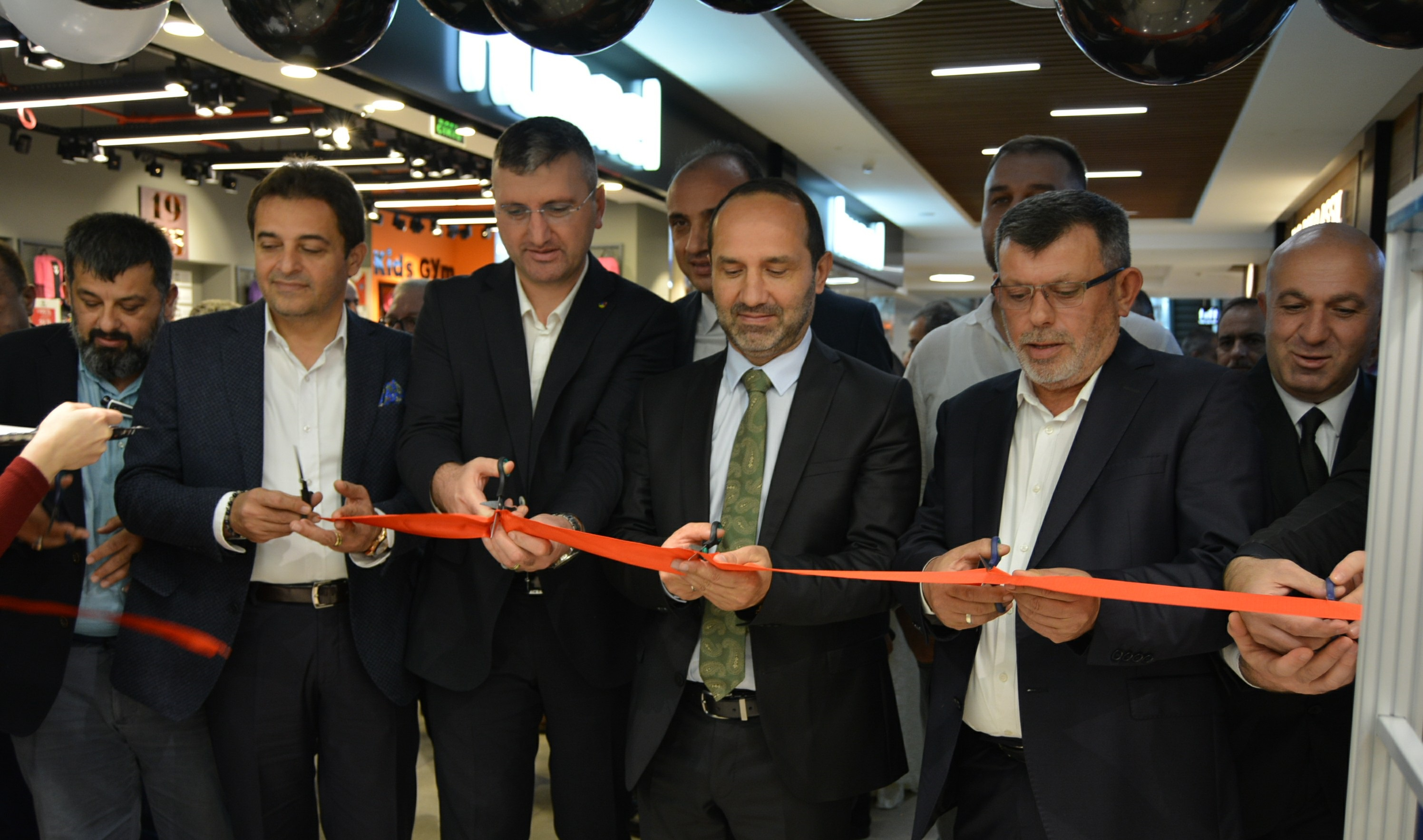 Ekonomik Krize İnat 'Taşlı Giyim' Mağazası, UNIPORT AVM'de Açıldı