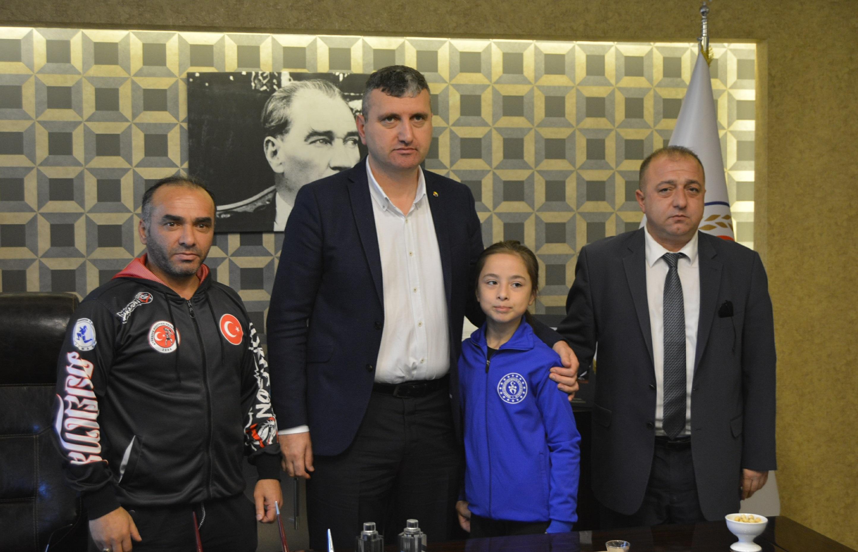 ÜTSO'dan Dünya Şampiyonu Azra'ya Sponsorluk Desteği