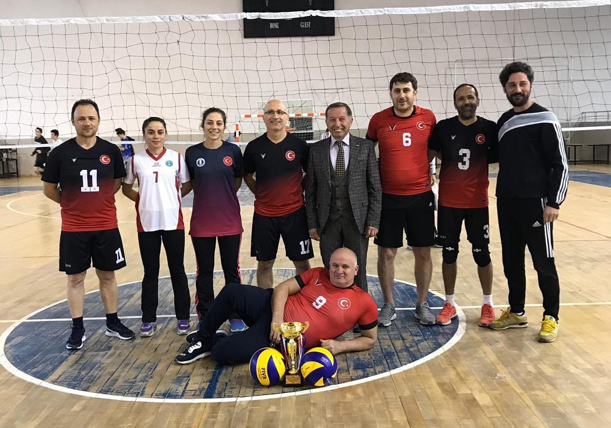 """Ünye'de Öğretmenler Arası """"24 Kasım Öğretmenler Günü Voleybol Turnuvası"""" Yapıldı"""