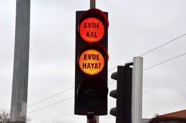 trafik lambalarında 'evde kal' uyarısı