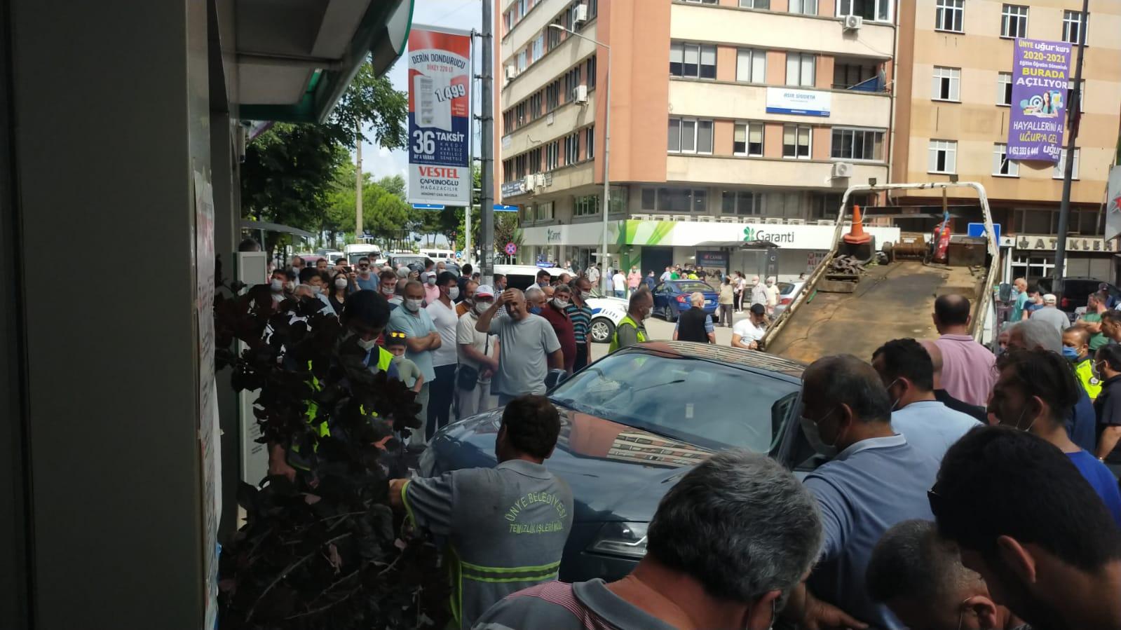 Ünye'de kaldırıma çıkan otomobil yayalara çarptı