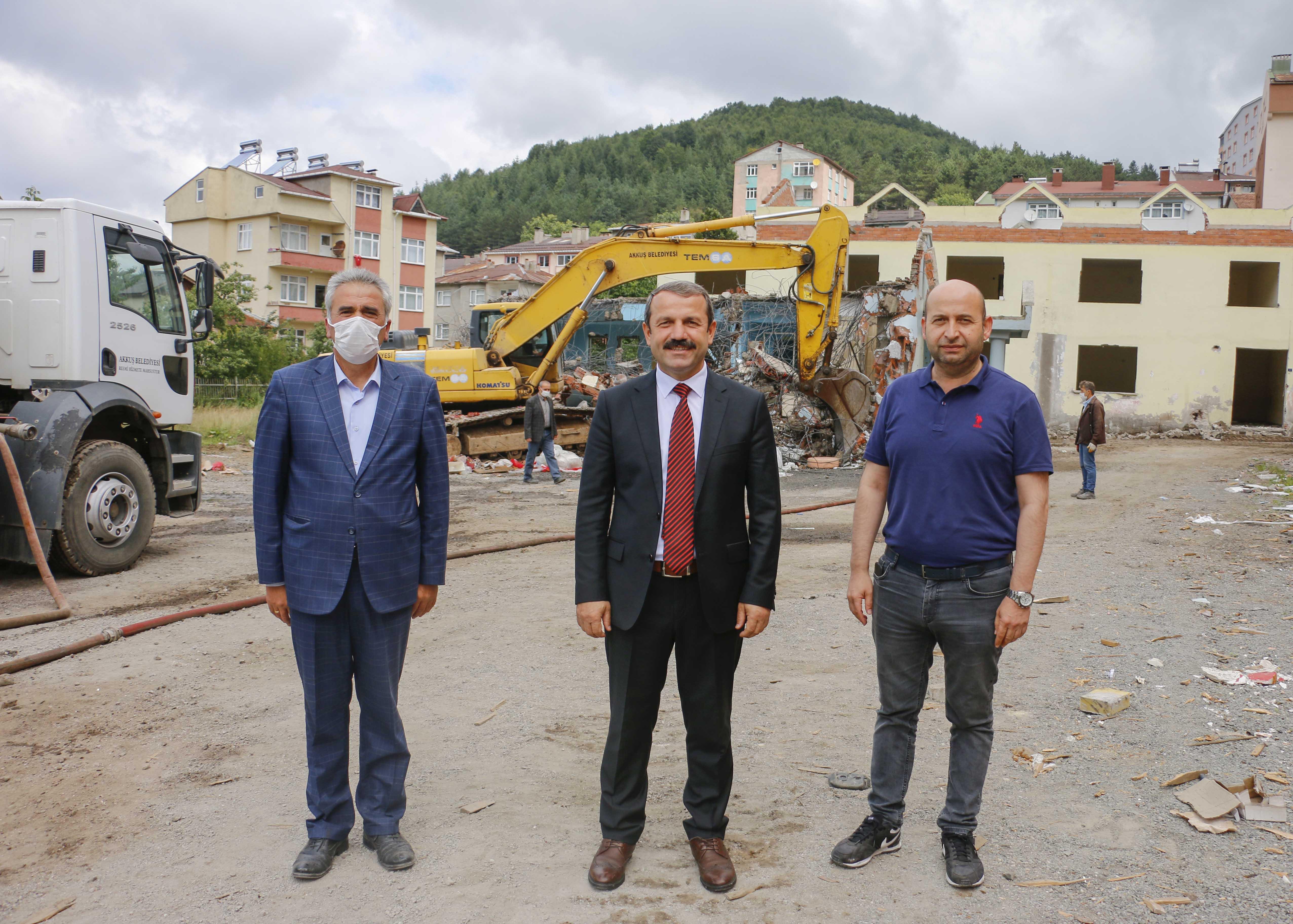 Akkuş'ta Büyük Depremin Yıldönümünde Riskli Binalar Yıkılıyor