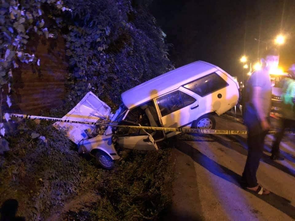 Duvara çarpan otomobilin sürücüsü öldü