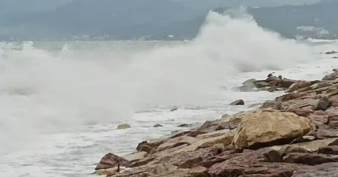 Karadeniz'de korkutan dalgalar
