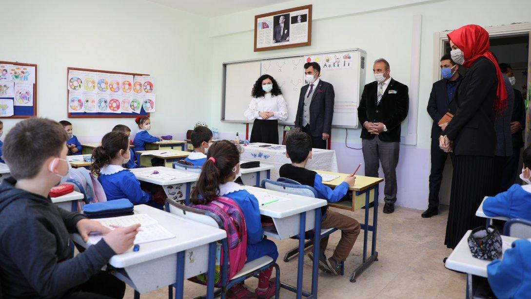 VARGELOĞLU, Akkuş'ta Öğretmen ve Öğrencilerle Buluştu