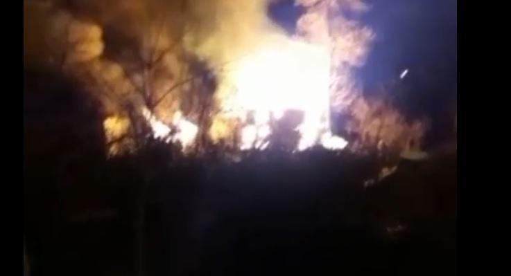 Ahşap iki katlı ev yandı